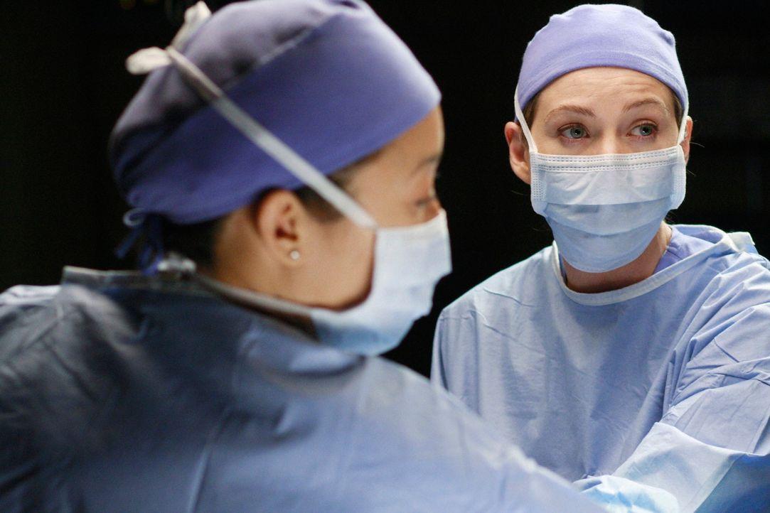 Ein Wettlauf mit der Zeit beginnt: Cristina (Sandra Oh, r.) und Meredith (Elen Pompeo, l.) geben alles, um Sadie zu retten ... - Bildquelle: Touchstone Television