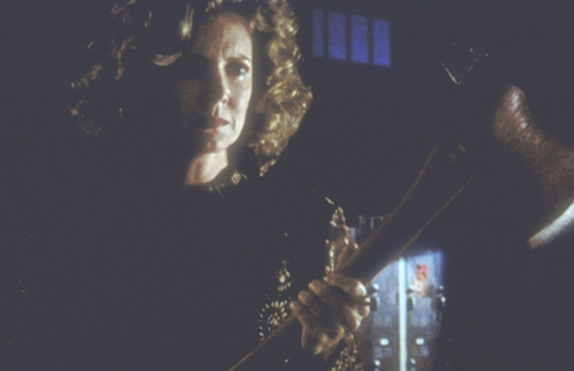 Joyce Summers (Kristine Sutherland) eilt ihrer Tochter Buffy zu Hilfe, die gegen eine Horde von Vampiren kämpfen muss. - Bildquelle: TM +   2000 Twentieth Century Fox Film Corporation. All Rights Reserved.