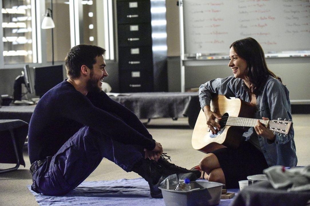 Während sich Jake (Chris Wood, l.) und Katie (Kristen Gutoskie, r.) ein erstes Date gönnen wollen, rotten sich auf den Straßen innerhalb der Sperrzo... - Bildquelle: Warner Brothers