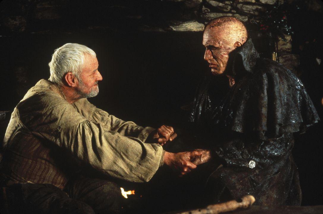 Der blinde Bauer (Richard Briers, l.) ist der einzige, der nicht voller Ekel und Hass auf die Kreatur (Robert De Niro, r.) reagiert ... - Bildquelle: TriStar Pictures