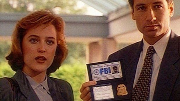 Dana Scully (Gillian Anderson, l.) und Fox Mulder (David Duchovny, r.) begegn...
