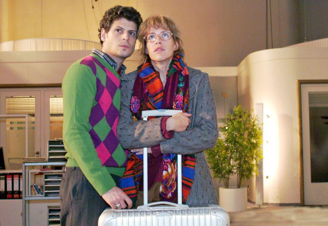 Lisa (Alexandra Neldel, r.) und Rokko (Manuel Cortez, l.) hoffen, dass die Lösegeldübergabe geklappt hat und David wieder freigelassen wird. (Dies... - Bildquelle: Monika Schürle Sat.1
