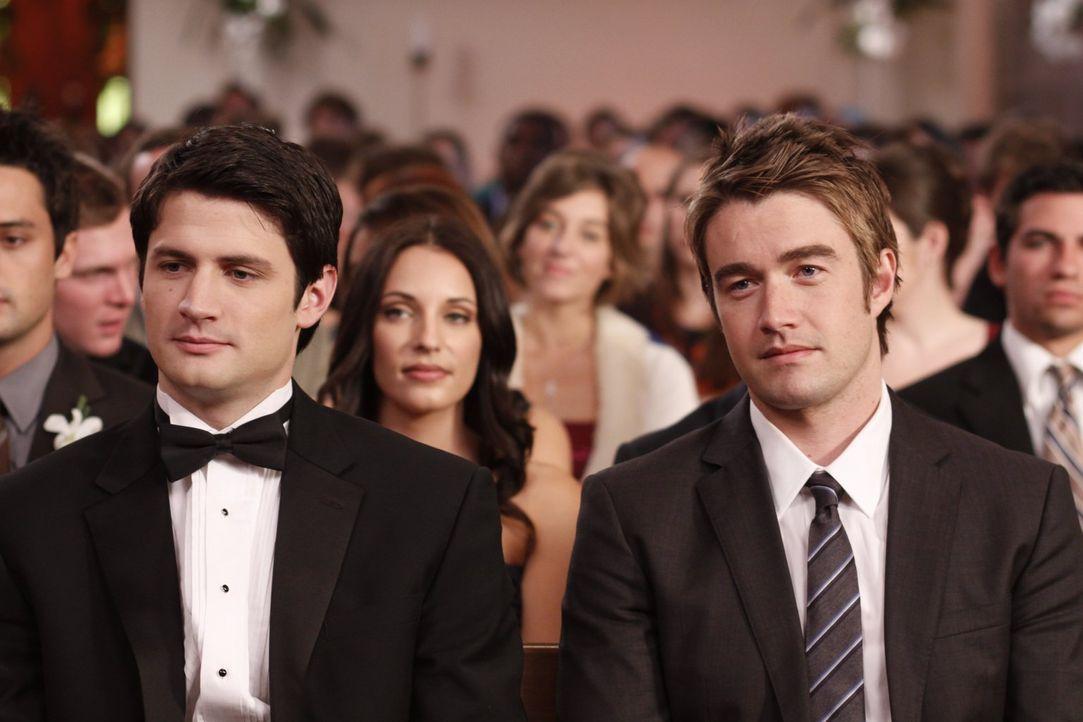 Während Nathan (James Lafferty, l.) stolz auf seine Frau und seinen Sohn sein kann, wird Clay (Robert Buckley, r.) in ein Geheimnis eingeweiht ... - Bildquelle: Warner Bros. Pictures