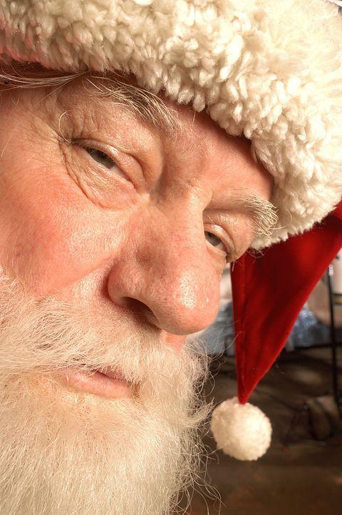 In den Tagen vor Weihnachten steht Ozzie (Charles Durning) verkleidet als Santa Claus vor einem Einkaufszentrum, um Klein und Groß auf das Fest ein... - Bildquelle: TM &   2009 CBS Studios Inc. All Rights Reserved.