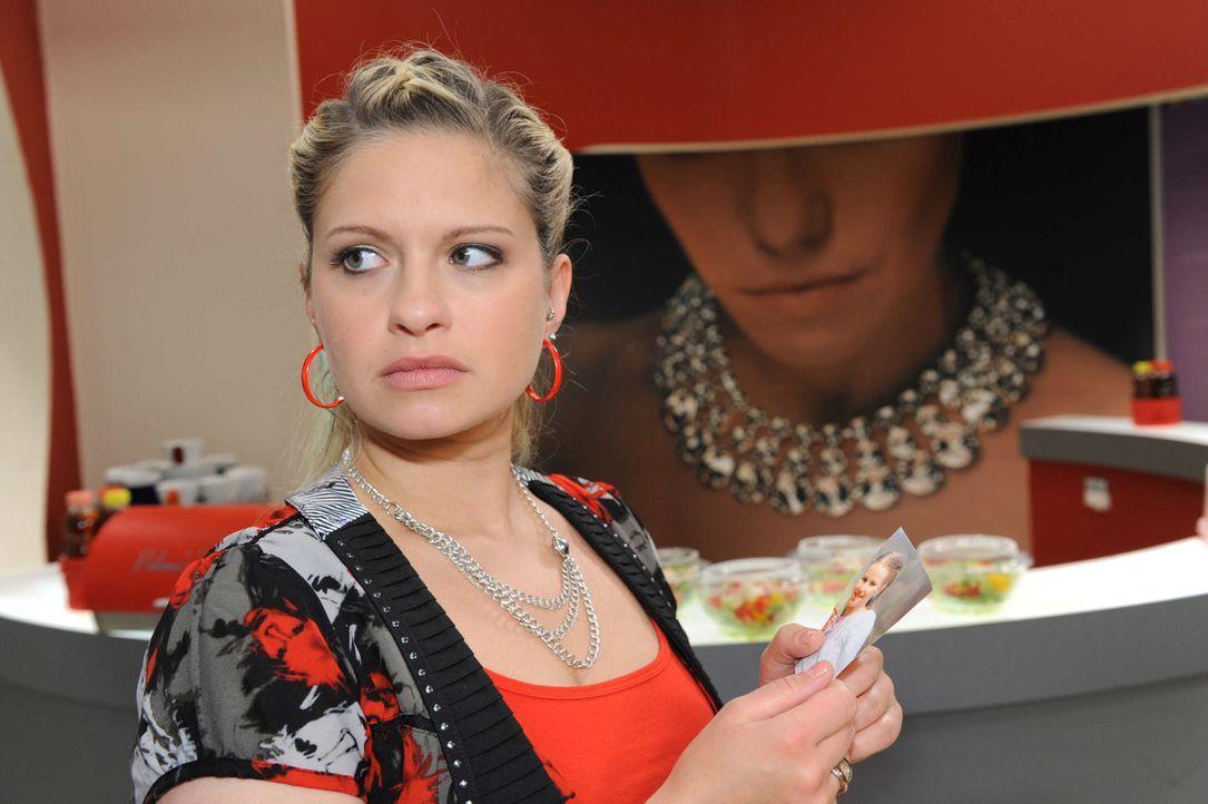 Wird sie Enriques wahre Identität aufdecken? Mia (Josephine Schmidt) ... - Bildquelle: SAT.1