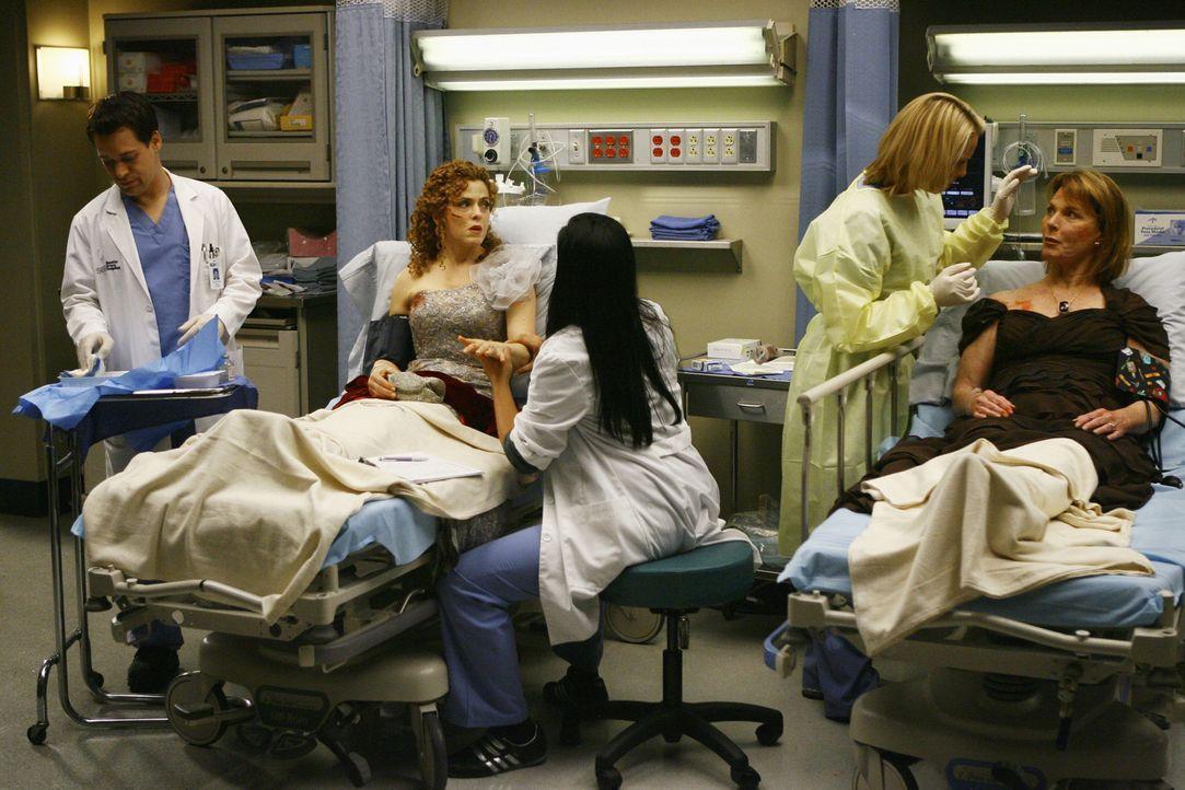 Die Behandlung der verletzten Damen geht weiter. George (T.R. Knight, l.), Callie (Sara Ramirez, M.) und Izzie (Katherine Heigl, 2.v.r.) kümmern sic... - Bildquelle: Touchstone Television