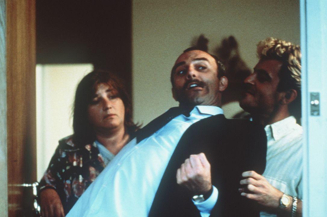 Mit unangenehmen Besuchern machen Ma Flodder (Nelly Frijda, l.) und Johnnie (Huub Stapel, r.) kurzen Prozess ... - Bildquelle: Concorde Filmverleih GmbH