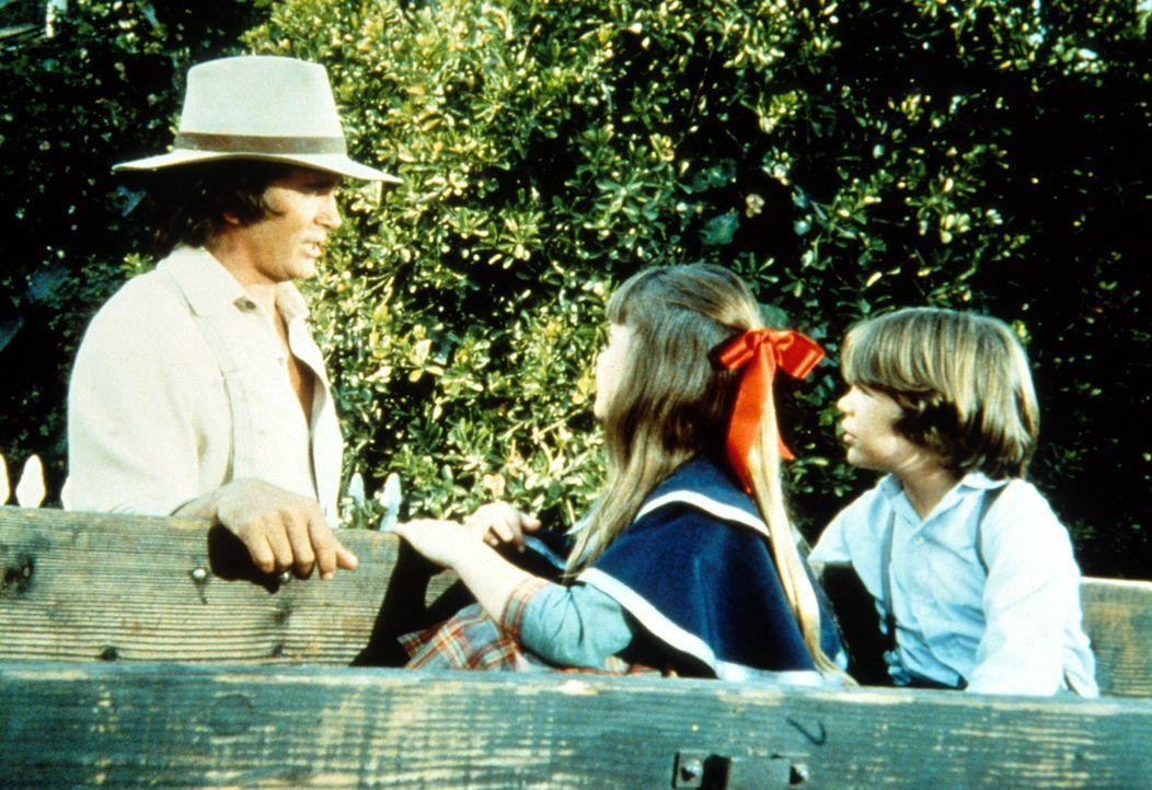 Charles (Michael Landon, l.) teilt Samantha (Kyle Richards, r..) und Thomas (Bobby Rolofsen, r.) mit, dass ihre Reise nicht stattfindet. - Bildquelle: Worldvision