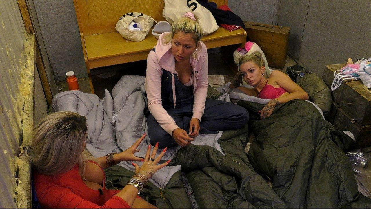 Sophia, Chethrin und Katja lästern im Bauwagen  - Bildquelle: Sat.1
