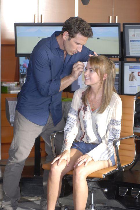 Dr. Hank Lawson (Mark Feuerstein, l.) untersucht die junge Libby (Meredith Hagner, r.), die bei einem Autounfall verletzt wurde, sich jedoch weigert... - Bildquelle: Universal Studios