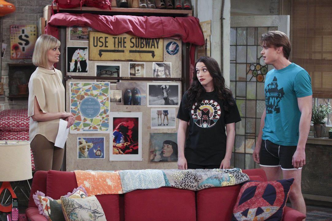 Für Max (Kat Dennings, M.) und Caroline (Beth Behrs, l.) steht fest, Nash (Austin Falk, r.) gehört in die Modelbranche. Lässt auch er sich davon übe... - Bildquelle: Warner Bros. Television