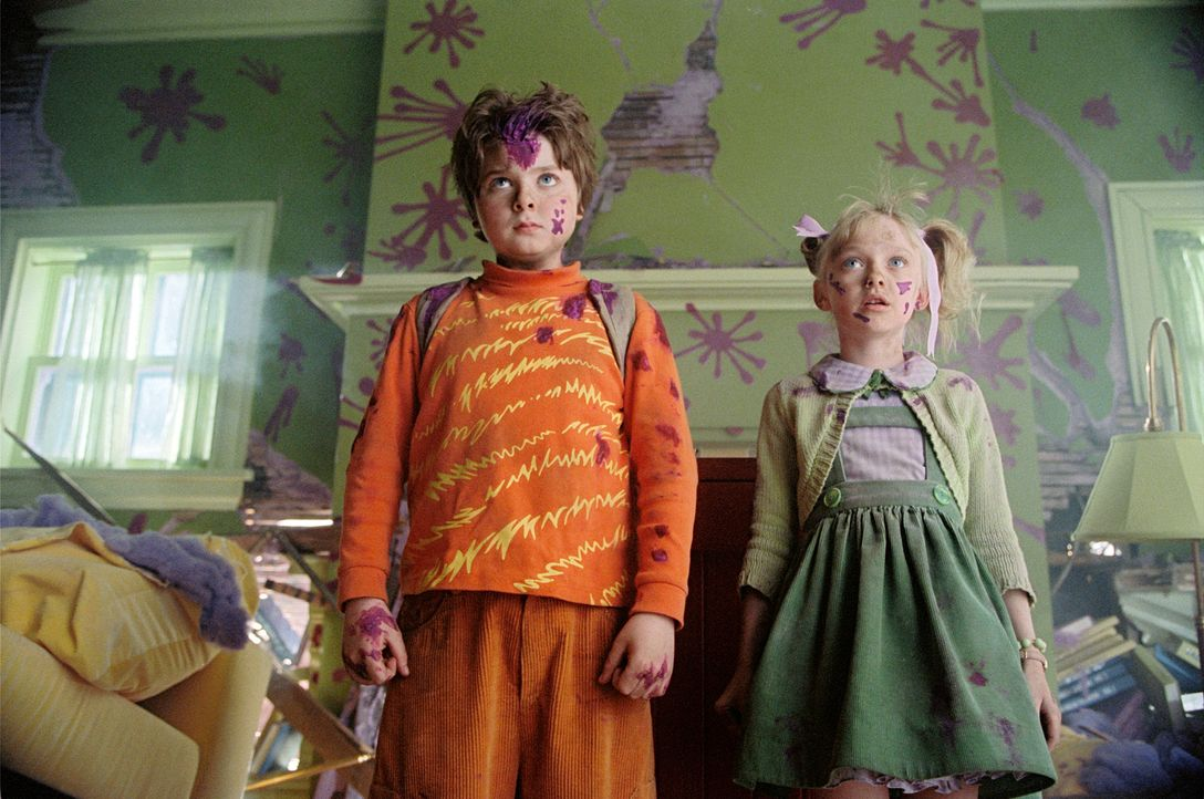 Während der kleine Conrad Walden (Spencer Breslin, l.) ein schrecklicher Rabauke ist, ist seine Schwester Sally (Dakota Fanning, r.) ein frühreife... - Bildquelle: TM &   2003 DreamWorks LLC. All Rights Reserved.