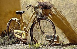 Fahrrad an Hauswand