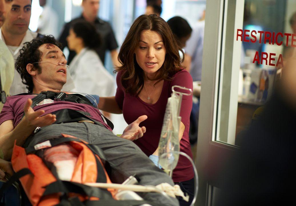 Alex (Erica Durance, r.) tut alles, um dem Patienten Nick (Jonas Chernick, l.) zu helfen ... - Bildquelle: 2012  Hope Zee One Inc.
