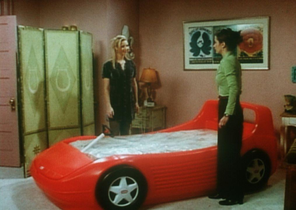 Monica (Courteney Cox, l.) hat sich ein neues Bett gekauft, allerdings nicht das, das ihr geliefert wurde. Phoebe (Lisa Kudrow, r.) bewundert das Pr... - Bildquelle: TM+  2000 WARNER BROS.