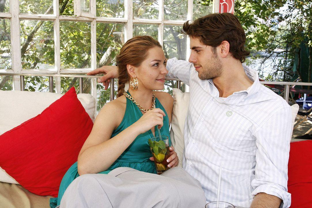 Katja (Karolina Lodyga, l.) und Jonas (Roy Peter Link, r.) rücken ihre Beziehung wieder gerade ... - Bildquelle: Noreen Flynn Sat.1
