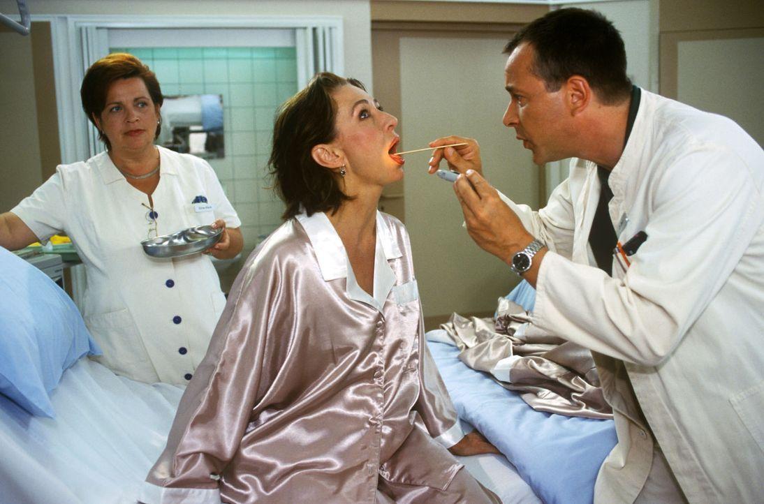 Frau von Drossel (Christine Kaufmann, M.) wird von Dr. Stein (Christoph Schobesberger, r.) eingehend vor der Operation untersucht. Schwester Klara (... - Bildquelle: Noreen Flynn Sat.1