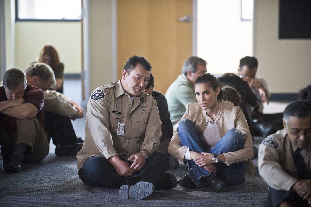Kensi (Daniela Ruah, M. r.) versucht heimlich von Don (Patrick Gallagher, M. l.), einem Sicherheitsbeauftragten, Informationen über das Gebäude zu b... - Bildquelle: CBS Studios Inc. All Rights Reserved.