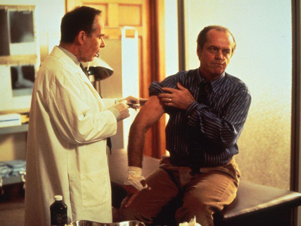 Nachdem Will (Jack Nicholson, r.) von einem Wolf gebissen wurde, lässt er sich von Kopf bis Fuß untersuchen. Doch die Ärzte stellen nur eine leichte... - Bildquelle: Columbia TriStar