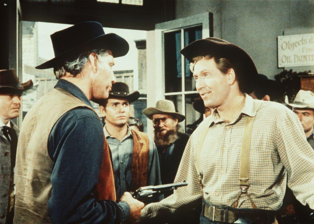 Der Sheriff (Morgan Woodward, 2.v.l.) führt den Killer Perkins (Gregory Walcott, r.) ab. - Bildquelle: Paramount Pictures
