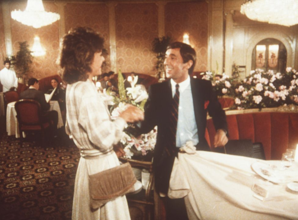 Der Buchhalter James Brand (Harvey Jason, r.) spielt vor Amanda (Kate Jackson, l.) den erfolgreichen Meisterspion ...