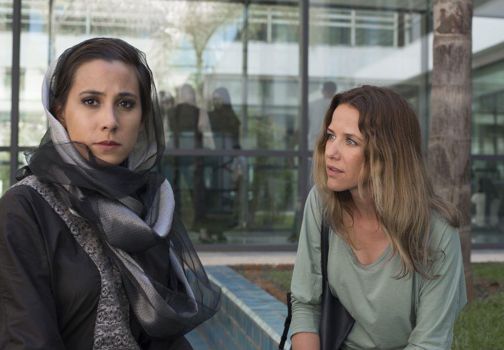 Zufällig erfährt Verena (Alexandra Neldel, r.), dass Faizah (Maya Henselek, l.) Khalid schon im Kindesalter versprochen wurde. Anders als er, hegt... - Bildquelle: Sylvia Zeitlinger SAT.1