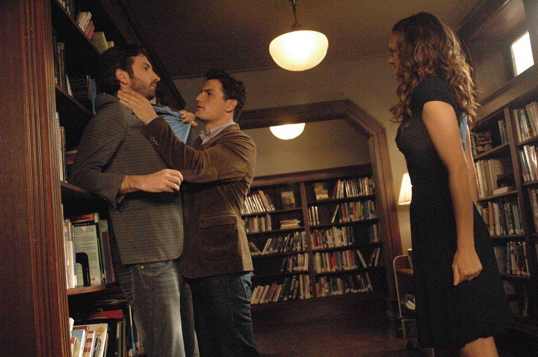 Mike (Enver Gjokaj, M.) greift ein als er mitbekommt, dass George (David Milchard, l.) Ingrid (Rachel Boston, r.) belästigt ... - Bildquelle: 2013 Lifetime Entertainment Services, LLC. All rights reserved.v