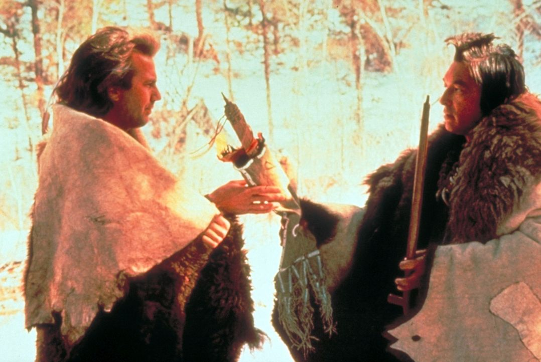 Um 'seinen' Stamm vor dem Hass der Armee zu schützen, zieht 'Der mit dem Wolf tanzt' (Kevin Costner, l.) zusammen mit seiner Frau 'Steht mit... - Bildquelle: Orion Pictures Corporation