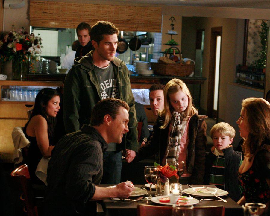 Justin (Dave Annable, vorne 2.v.l.) erklärt sich bereit, für Sarahs Kinder (Erris Lilla Dorsey, vorne M. und Maxwell Perry Cotton, vorne 2.v.r.) d... - Bildquelle: Disney - ABC International Television