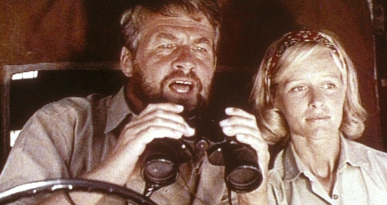 Joy (Virginia McKenna, r.) und Gorge (Bill Travers, l.) beobachten, wie die Löwin Elsa in der Wildnis zurechtkommt. - Bildquelle: 1965, renewed 1993 Columbia Pictures Industries, Inc. All Rights Reserved.