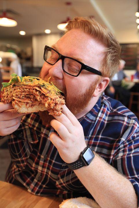 """Für Josh ist selbst die """"Pizzagne"""" nicht groß genug: eine riesige Mischung aus einer Detroit-Pizza, belegt mit Wurst, Peperoni und zwei ganzen Lasag... - Bildquelle: 2017,Television Food Network, G.P. All Rights Reserved."""