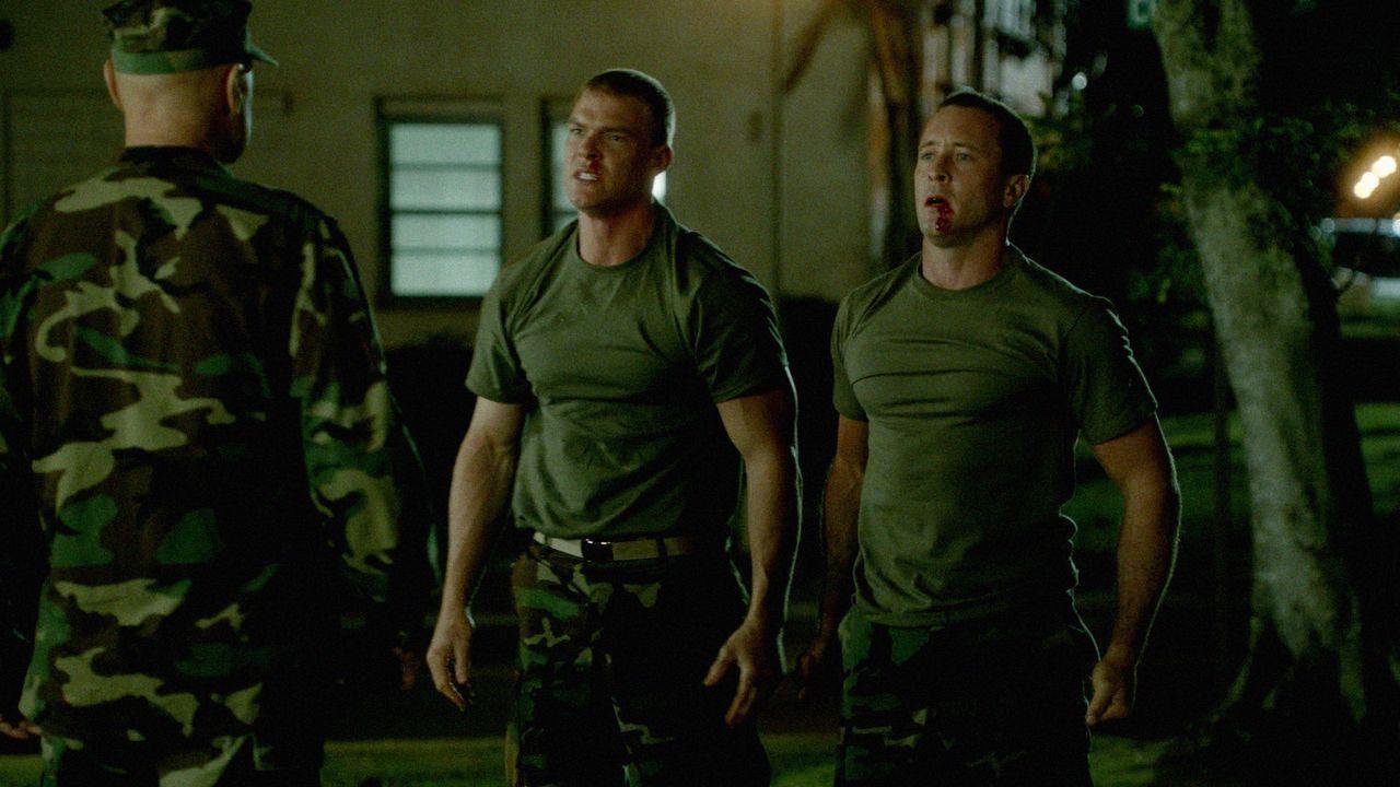 Rückblick auf ihre gemeinsame Ausbildungszeit bei der Navy: Steve (Alex O'Loughlin, r.) und Freddie (Alan Ritchson, M.) ... - Bildquelle: 2013 CBS Broadcasting, Inc. All Rights Reserved.