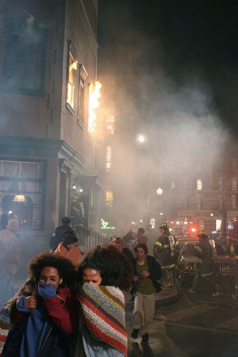 Ben, Sam und Alex werden in ihrer Wohnung von einem Feuer überrascht. Können sie den Flammen entkommen? - Bildquelle: Warner Bros. Television