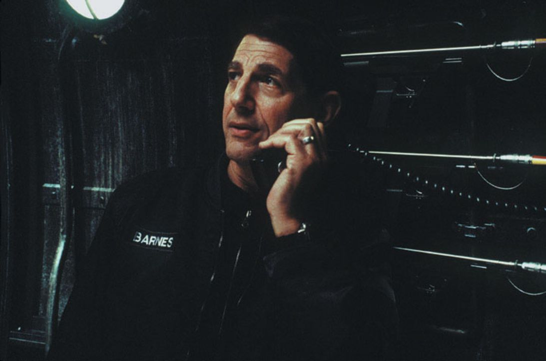 Captain Harold Barnes (Peter Coyote) lenkt das U-Boot der Wissenschaftler zum geheimnisvollen Raumschiff in der Tiefsee. - Bildquelle: Warner Bros. Pictures