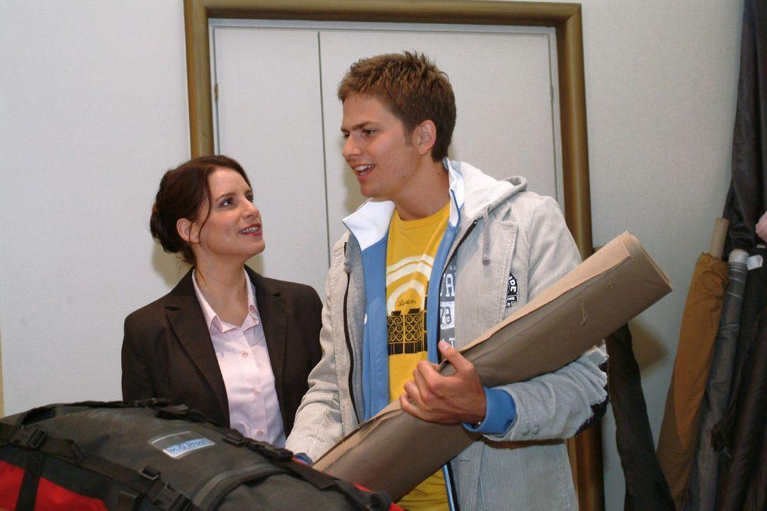 Timo (Matthias Dietrich, r.) ist froh, dass Inka (Stefanie Höner, l.) nicht mehr beleidigt ist, sondern sogar bei seinem Umzug zu Hannah mit anpack... - Bildquelle: Monika Schürle Sat.1