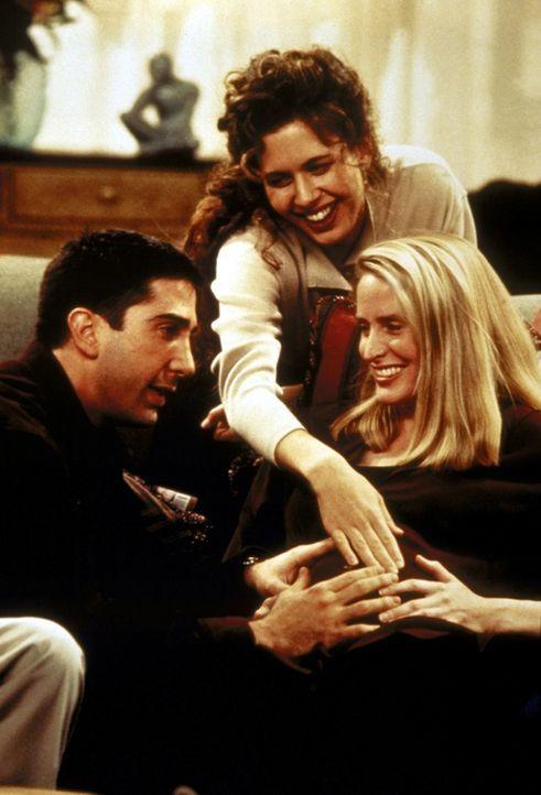 Ross (David Schwimmer, l.), Susan (Jessica Hecht, M.) und Carol (Jane Sibbett, r.) halten Zwiesprache mit Carols ungeborenem Baby. - Bildquelle: TM+  2000 WARNER BROS.