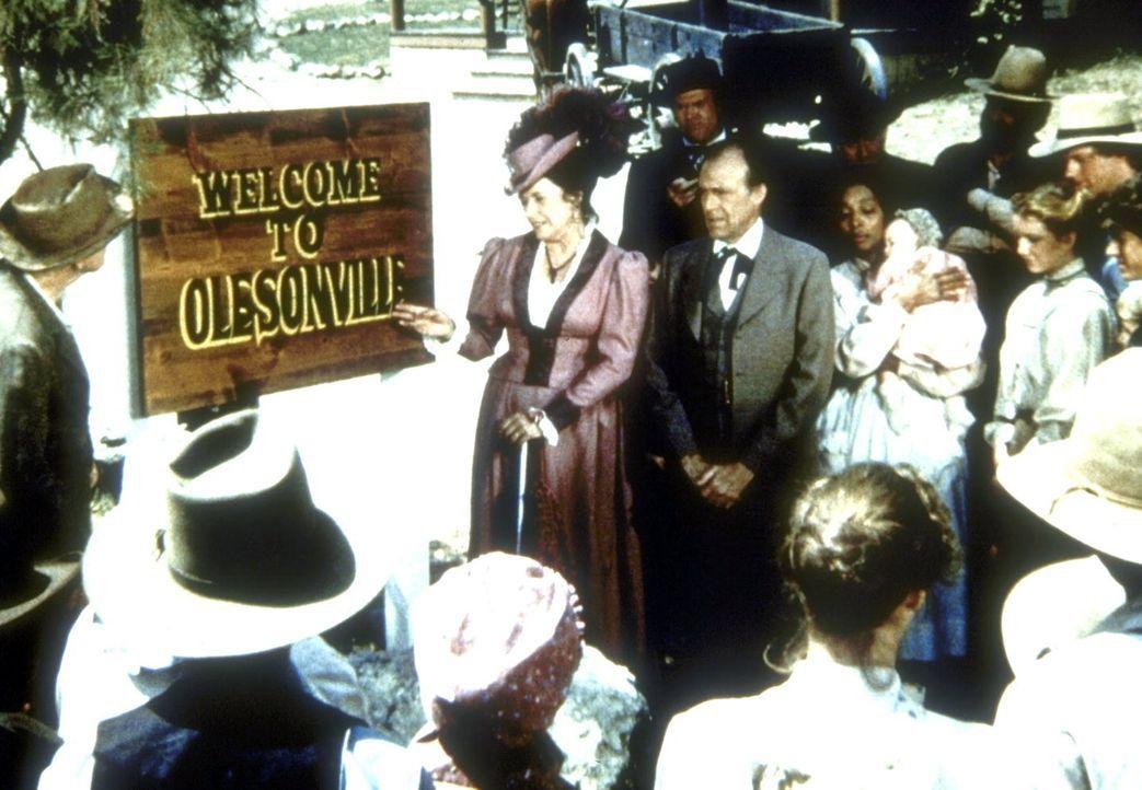 Harriet (Katherine MacGregor, M. l.) und Nels (Richard Bull, M. r.) weihen, zum Ärger der Einwohner von Walnut Grove, ein neues Ortsschild ein. - Bildquelle: Worldvision
