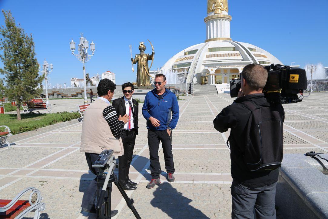 Turkmenistan ist kein Land, über das häufig berichtet wird. Darum hat der Reisejournalist Tom Waes (3.v.l.) beschlossen, die Präsidialrepublik mit s... - Bildquelle: 2013 deMENSEN