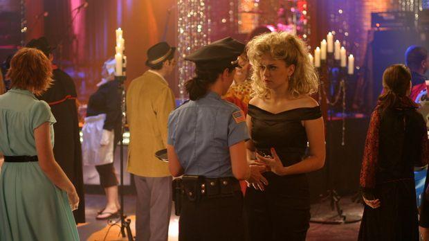 Für den Maskenball bei Karen (Moira Kelly, l.) lässt sich Haley (Bethany Joy...
