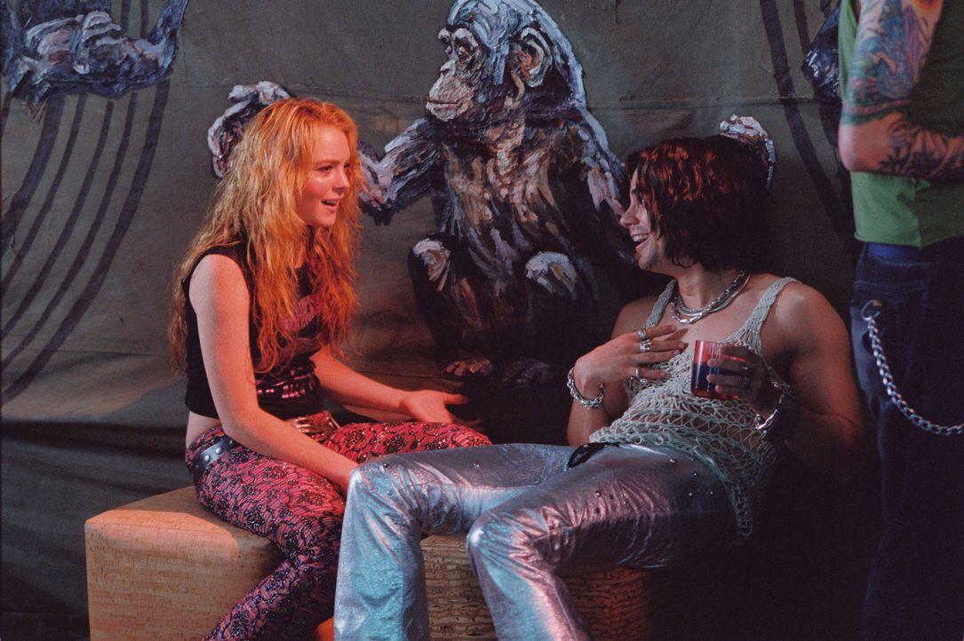 Lola (Lindsay Lohan, l.) kann es kaum glauben, sie hat es nicht nur geschafft auf das Abschiedskonzert ihrer Lieblingsband zu kommen, sondern auf ei... - Bildquelle: MMIV ARGENTUM FILM PRODUKTION GmbH & CO. BETRIEBS KG.  All rights reserved