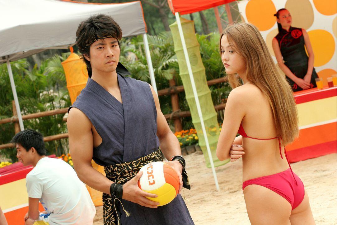 Während alle Athleten als Einzelkämpfer auftreten, bringt die zierliche Prinzessin Kasumi (Devon Aoki r.) ihren eigenen Leibwächter Hayabusa (Kane K... - Bildquelle: Constantin Film Verleih GmbH