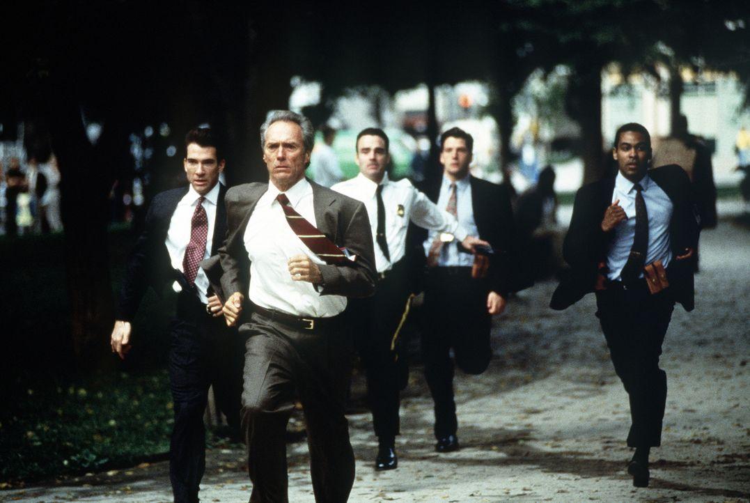 Die Jagd geht los: Frank (Clint Eastwood, vorne), sein Partner Al (Dylan McDermott, l.) und weitere Kollegen rennen gegen die Zeit und für das Leben... - Bildquelle: Columbia Pictures