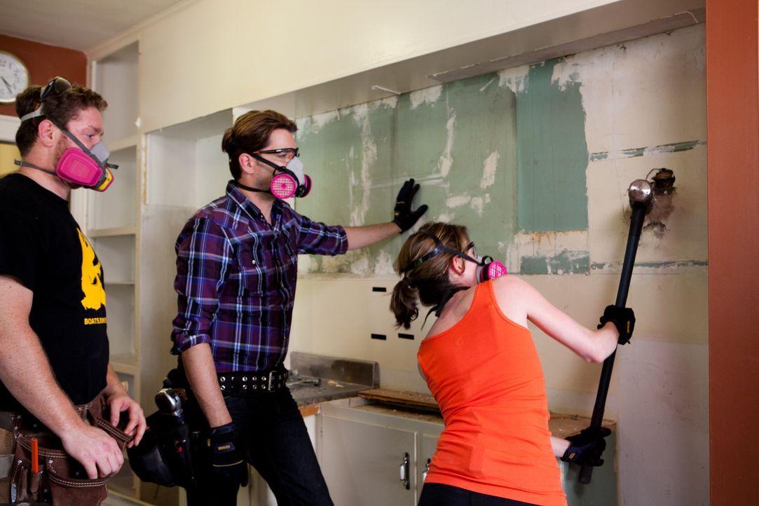 Werden Franklin (l.) und Heather (r.) den Kauf eines renovierungsbedürftigen Hauses schon bald bereuen oder gelingt es Jonathan (M.) sie nach einige... - Bildquelle: Jessica McGowan 2013, HGTV/Scripps Networks, LLC. All Rights Reserved