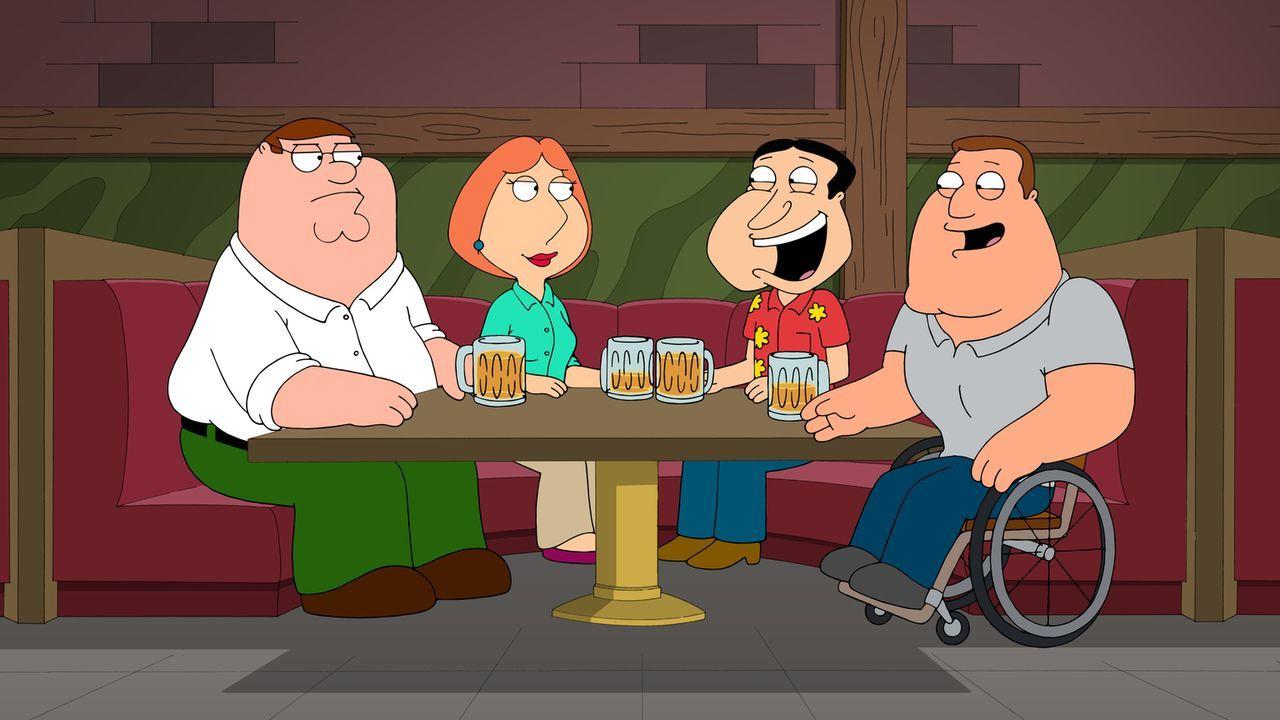 Lois (2.v.l.) hat Peter (l.) bei seinen Freunden Joe (r.) und Quagmire (2.v.r.) so gut vertreten, dass sie nun sowas wie ihr bester Kumpel ist - zum... - Bildquelle: 2013 Twentieth Century Fox Film Corporation. All rights reserved.