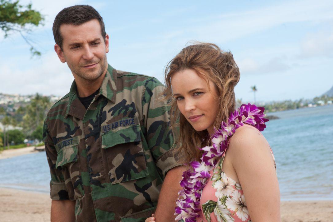 Auf Hawaii trifft Brian (Bradley Cooper, l.) auch wieder auf seine alte Liebe, Tracy (Rachel McAdams, r.). Unglücklicherweise hegt er für die inzwis... - Bildquelle: 2015 Columbia Pictures Industries, Inc. All Rights Reserved.
