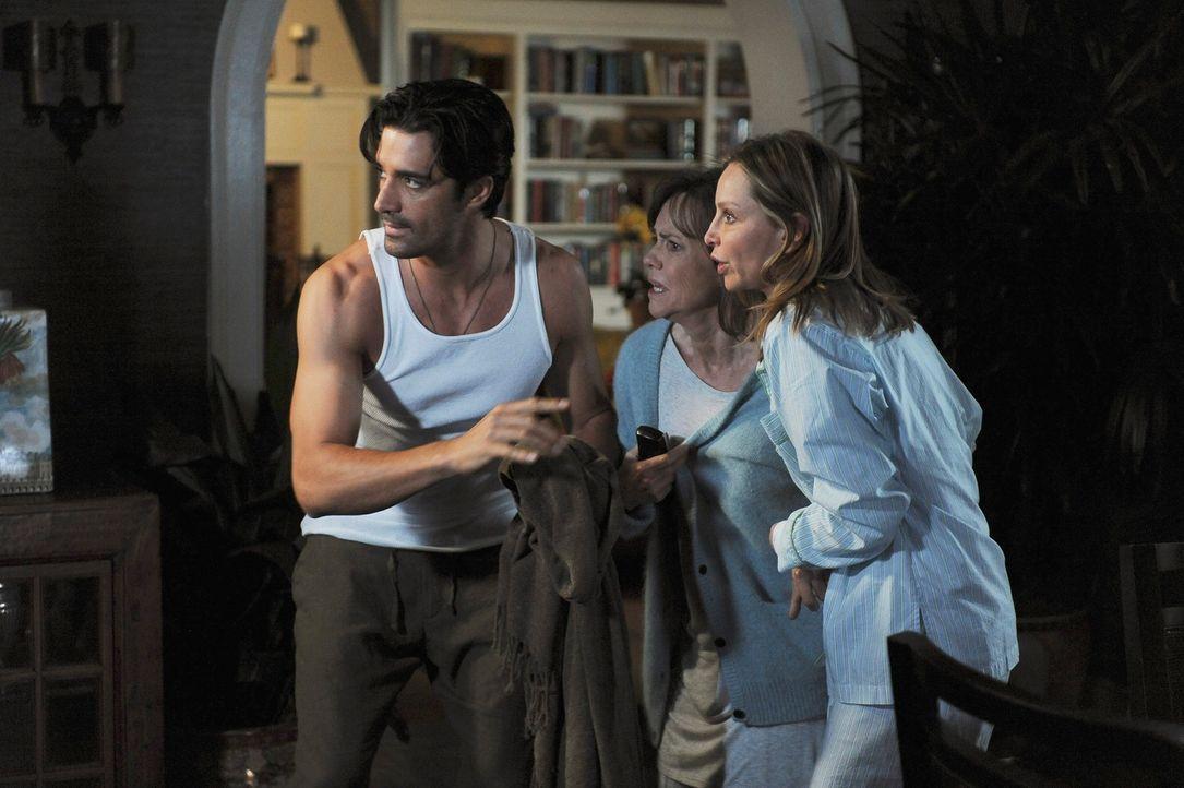 Sind Luc (Gilles Marini, l.), Nora (Sally Field, M.) und Kitty (Calista Flockhart, r.) auf der Jagd nach einem Einbrecher? - Bildquelle: 2009 American Broadcasting Companies, Inc. All rights reserved.