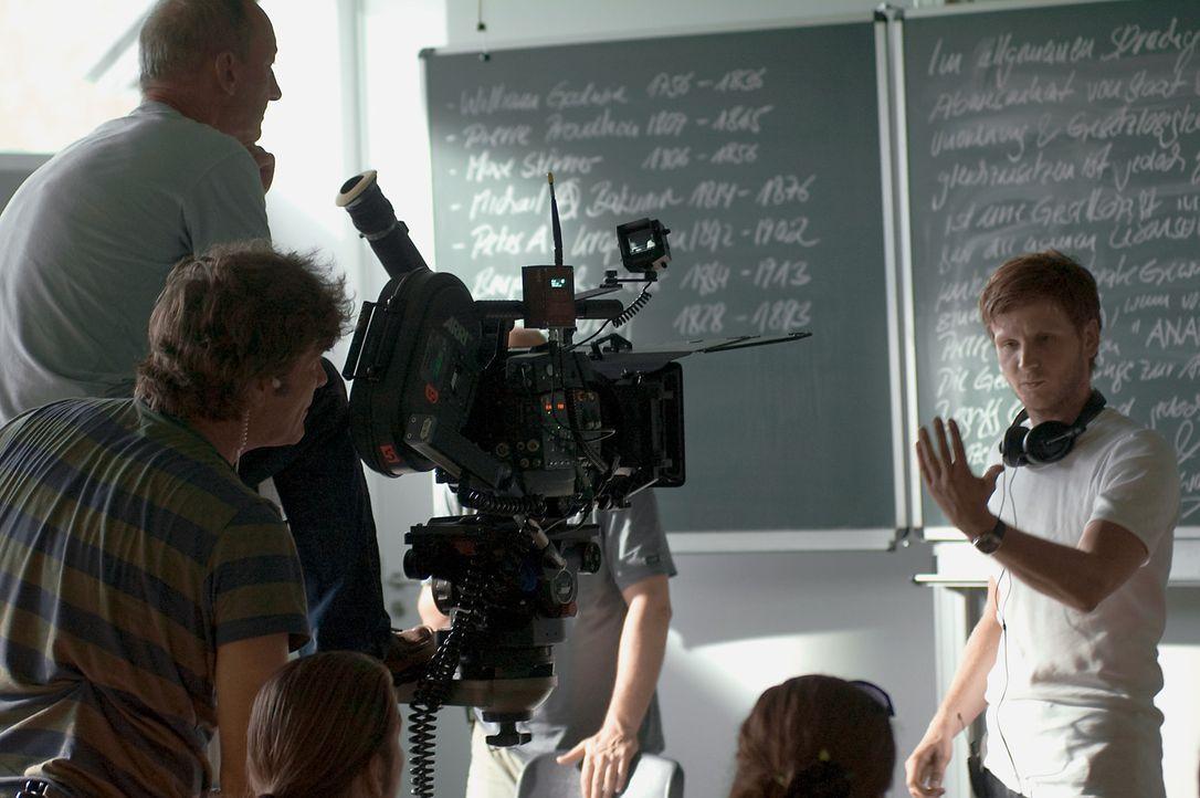 """Regisseur Dennis Gansel, r. bei den Dreharbeiten zu """"Die Welle"""" - Bildquelle: Constantin Film"""