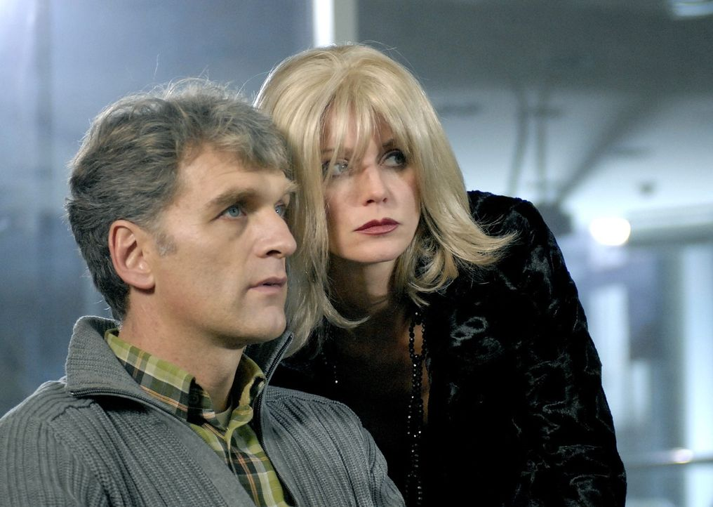 Haben richtigen Ärger an der Backe: Sandra (Esther Schweins) und Max Kerner (Walter Sittler, r.) ... - Bildquelle: SAT.1
