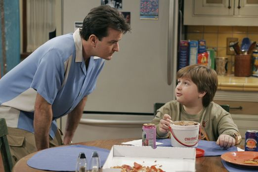 Two and a Half Men - Charlie (Charlie Sheen, l.) hat Großes mit Jake (Angus T...