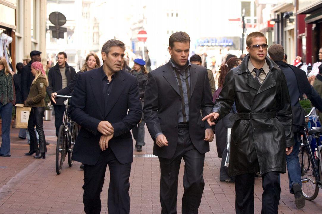 Wollen innerhalb von zwei Wochen drei schier unmögliche Diebstähle in Europa begehen: Rusty Ryan (Brad Pitt, r.), Danny Ocean (George Clooney, l.)... - Bildquelle: Warner Bros. Television